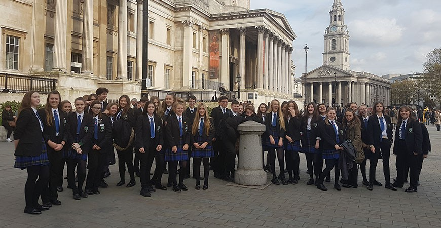 Students outside the National Gallery.